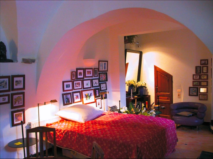 A bedroom in the Isolalunga villa