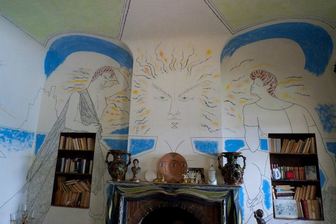 Mural on the fireplace in Vila Santo Sospir