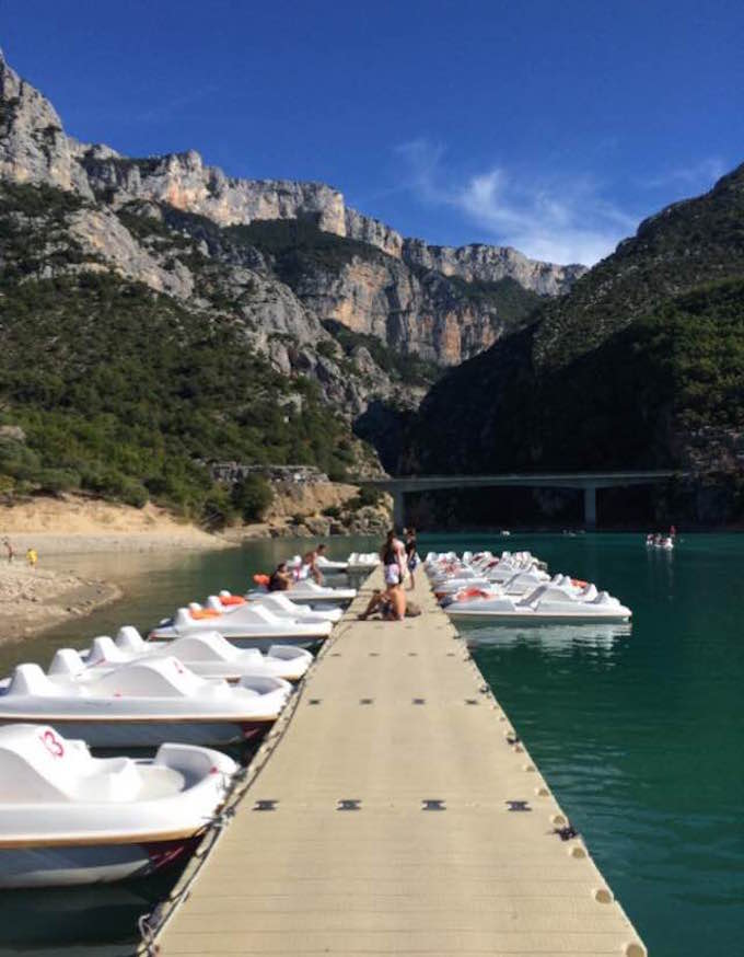 Water activities on Lac Saint-Croiz in Les Gorges du Verdon in France
